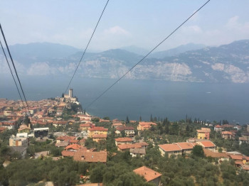 Aussicht über den Gardasee, den Ort Malcesine und die Seilbahn auf den Monte Baldo.