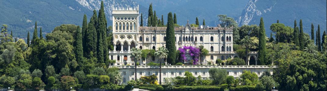 Malerisch in den Park und die wunderschön angelegten Gärten eingebettet ist die Villa der Familia Cavazza auf der Isola del Garda.