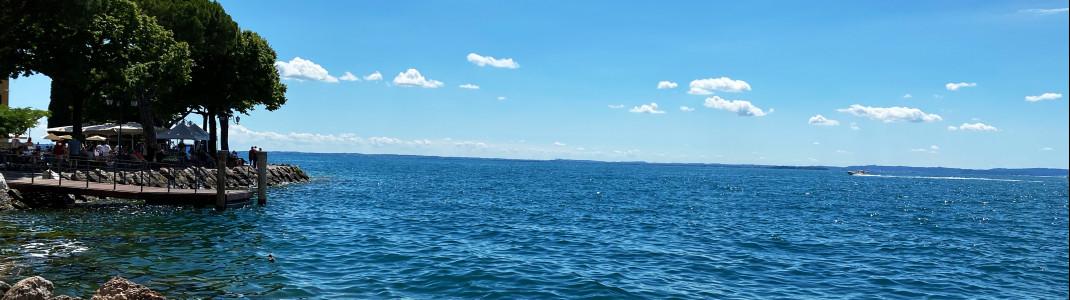 Blick auf den Gardasee vom nördlichen Ufer-Ort Nago-Torbole. Von hier aus kann man am See entlang bis nach Peschiera del Garda am südlichen Ufer fahren.