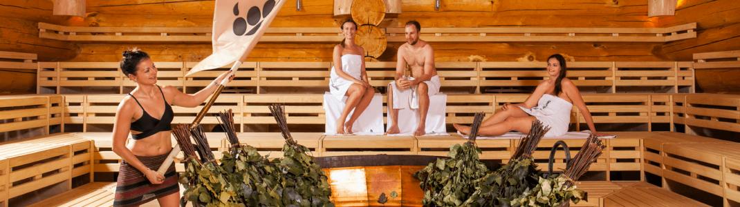 Aufguss-Zeremonien gehören auch in der Therme Erding zum Sauna-Angebot.