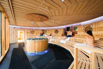 Die Bier- und Genuss-Sauna der Therme Obernsees ist mit Licht-, Sound- und Beamertechnik ausgestattet.