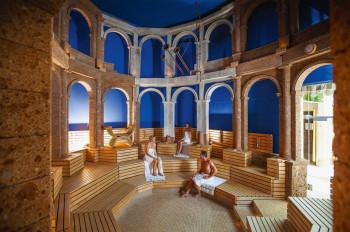 In der Römer-Sauna der Therme Bad Wörishofen entspannst du bei milden Temperaturen.