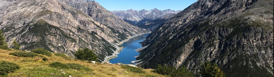 Der Lago di Livigno markiert die Grenze zwischen der Schweiz und Italien - Blick vom Aussichtsberg Crap de la Pare