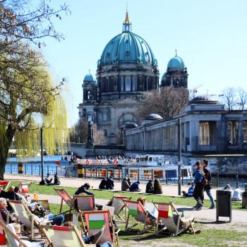 Von der Ampelmann Strandbar im James-Simon-Park genießt du einen tollen Ausblick auf die Museumsinsel und den Berliner Dom.