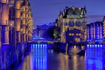 Nächtlicher Blick auf die Speicherstadt, im Hintergrund die Elbphilharmonie.