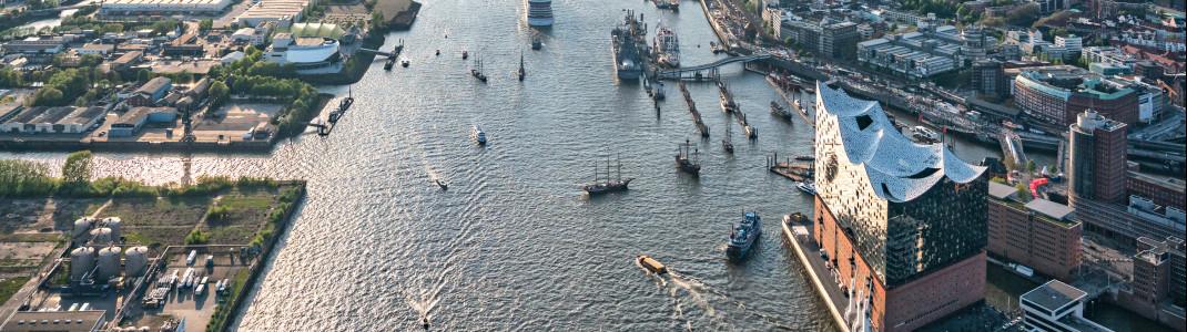 Blick auf die Elbe, rechts die neue Elbphilharmonie