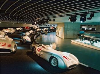 """Die """"Silberpfeilkurve"""" ist eine der Hauptattraktionen des Mercedes Benz Museums."""