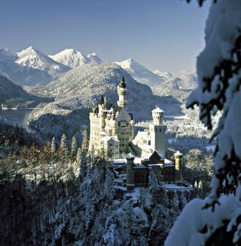 Das Schloss Neuschwanstein bei Füssen im Allgäu mit Schnee bedeckt.