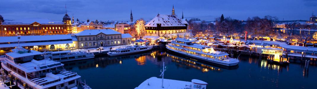 Eine der schönsten Städte am Bodensee ist Konstanz. Hier ein Bild vom Weihnachtsmarkt. Eine Stadtführung in Konstanz ist in der Erlebniskarte inkludiert.