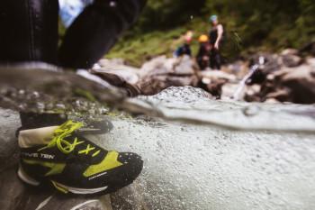Rutschfeste Schuhe sorgen für einen sicheren Stand auf den glatten Felsen.