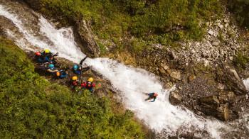 Das Abseilen unterm Wasserfall ist eines der Highlights der Canyoningtour.