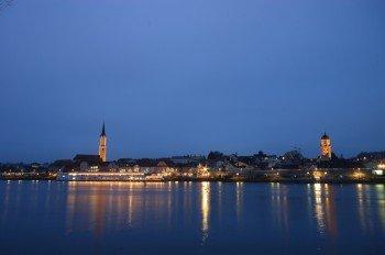 Weihnachtlicher Lichterglanz an der Donau