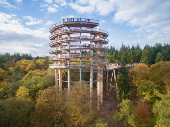 Der 42 Meter hohe Aussichtsturm bietet dir eine spektakuläre Rundumsicht.