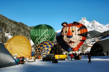 Während den Ballonwochen steigen Heißluftballons in den verschiedensten Formen und Farben in die Lüfte.
