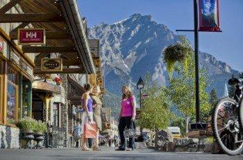 Gemütlich die Banff Avenue entlang schlendern