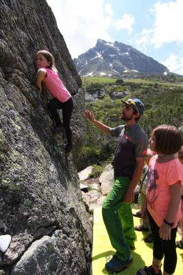In Galtür unternehmen schon die Kleinsten erste Versuche an der Felswand.