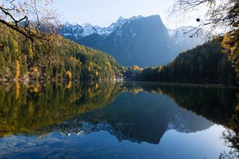 Malerisch ins vordere Ötztal eingebettet lädt der Piburger See zu einem herbstlichen Spaziergang ein.