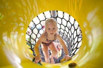 Sehr beliebt bei den jungen Gästen ist der Kletter-Netztunnel im Piraten-Rutschenland.