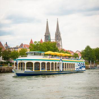 In Regensburg wird die Donauhochzeit mit Blick auf den Dom zum besonderen Erlebnis.