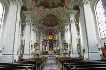 Die katholische Pfarrkirche St. Gangolf in Amorbach bietet Brautpaaren einen imposanten Rahmen für das Ja-Wort.