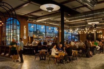 Die Curio Cocktail Bar eignet sich perfekt für ein Treffen mit Freunden und Familie. Neben zahlreichen alkoholischen Cocktails, gibt es hier auch leckere hausgemachte Limonaden und alkoholfreie Cocktails.