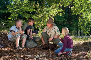 Mit dem Ranger gehen Familien auf Entdeckungstour.
