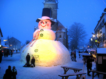 Rund um den 12 Meter hohen Schneemann findet jedes Jahr das Jakobsfest statt.