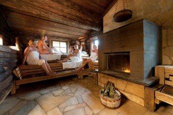 Die finnische Feuersauna lädt in Bad Steben zum Schwitzen ein.