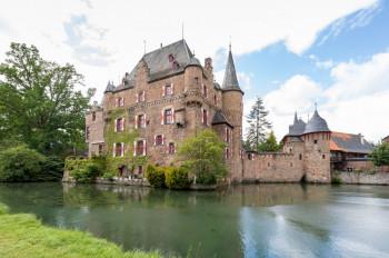 Die Burg Satzvey ist für ihre historischen Themenfeste bekannt.