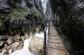Bis zu 150 Meter tief ist die Höllentalklamm.