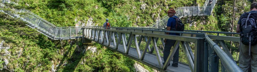 Eine spektakuläre Stahlbrücke über der Schlucht verbindet Deutschland und Österreich miteinander.