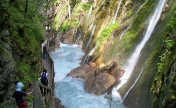 In vielen kleinen Wasserfällen stürzt sich das Wasser in die Wimbachklamm.