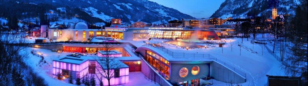 Stimmungsvoll beleuchtet passt sich die Alpentherme harmonisch in die Winterwelt des Gasteinertals ein.