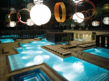 Der Innenbereich der Therme Meran besticht durch perfektes Design und harmonische Beleuchtung.