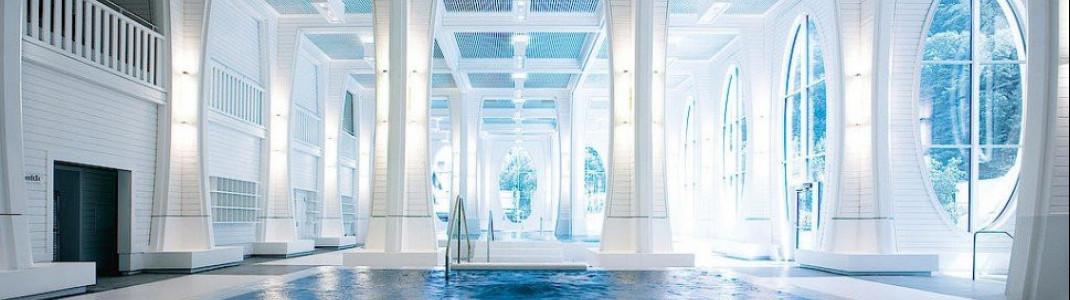 Hohe Decken und große Fenster sorgen in der Tamina Therme für lichtdurchflutete Innenbereiche.