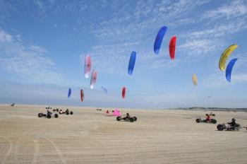 Am Nordstrand Borkums kann man mit dem Kite-Buggy über den breiten Sandstrand surfen.