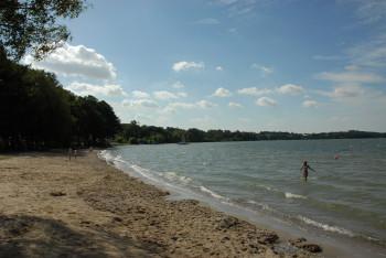 Rund um den Plöner See findest du viele Badestellen mit Stränden, wo du ohne Probleme ins kühle Nass springen kannst.