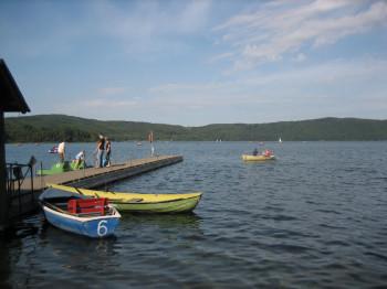 Am Laacher See kannst du dir nahe der Klosteranlage Tret- und Ruderboote mieten.