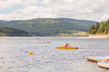 Beliebter Familienausflug: das Tretbootfahren auf dem Schluchsee