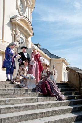 Historische Charaktere laden zur Führung durch Schloss Solitude ein.