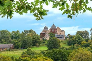 Während der Rosenblüte im Frühjahr wirkt das Dornröschenschloss Sababurg besonders märchenhaft.