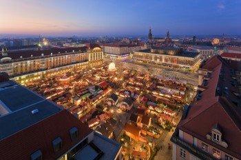 Der weihnachtlich beleuchtete Striezelmarkt aus der Luft.