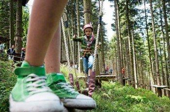 Groß und Klein kommen im Kletterwald Blomberg auf ihre Kosten.