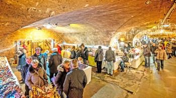 Historisches Flair und weihnachtliche Gerüche erwarten dich in den 900 Quadratmeter großen Weinkellern in Traben-Trarbach.