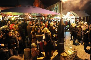 Das gibt's in Deutschland sonst nirgends: die Open-Air-Mantel-Heizung auf dem Lucia Weihnachtsmarkt
