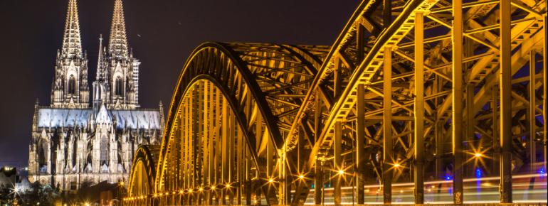 Der nächtliche Kölner Dom an der Hohenzollernbrücke.