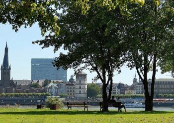 Die Rheinuferpromenade lädt zum Enstpannen, Spazieren oder Radfahren ein.