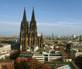 Blick auf den Kölner Dom mitten in der Stadt.