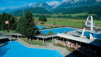 Das Alpenschwimmbad Wattens bietet Wasserspaß mit herrlichem Panorama.