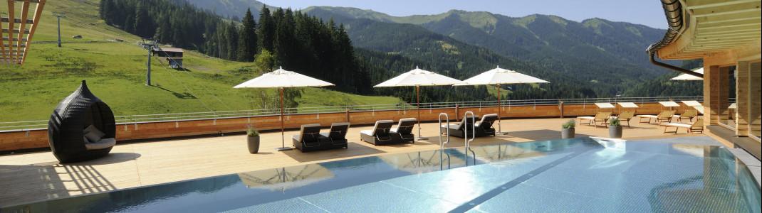 Der beheizte Rooftop-Pool bietet einen traumhaften Ausblick auf die Bergwelt.